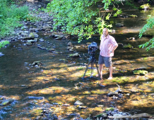 Kameramänner kriegen ja nur selten kalte Füße. Aber morgens um Sieben in der Elz schon.