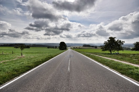 Das ist nur ein Symbolbild. Und bloß eine vielbefahrene Landesstraße. Aber die Bundesstraße sieht morgens manchmal ähnlich aus.